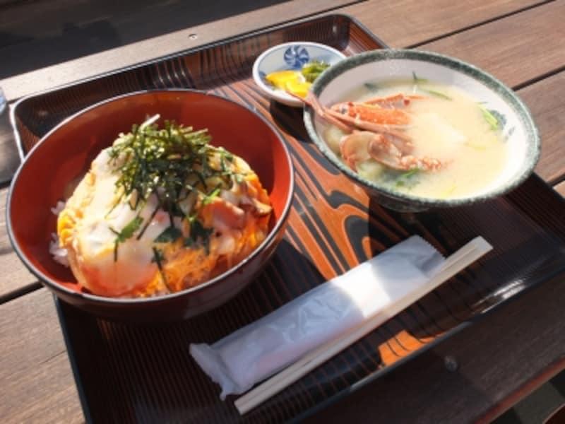 江ノ島名物「江ノ島丼」。特製の出汁で煮た刻んだサザエの身を卵で綴じたアツアツのどんぶり