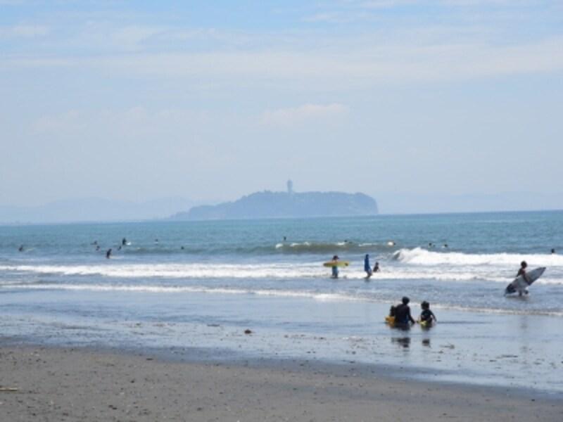 夏の海に浮かぶ江ノ島。まるで沖に向かって泳ぎ出すクジラのよう?