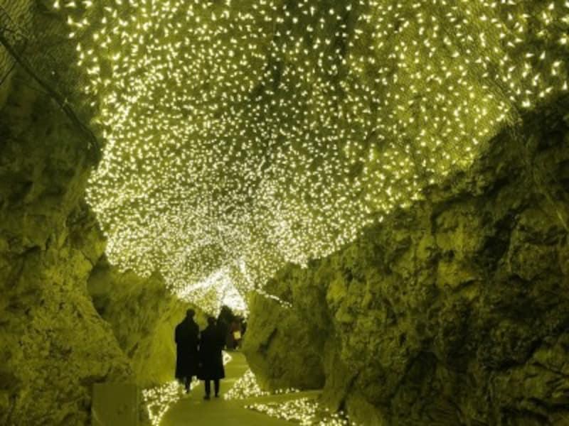 ライトアップされた「岩屋洞窟」