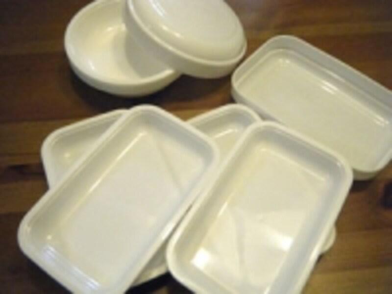 重ねてしまえるのが便利なプラスチック皿。それぞれ5枚セットで105円