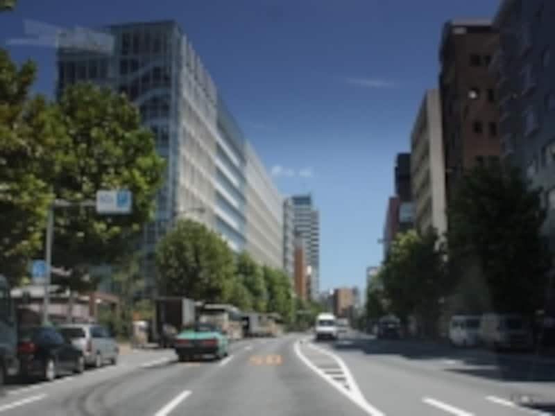 外苑西通りから「ザ・パークハウス西麻布レジデンス」(中央右)を望む