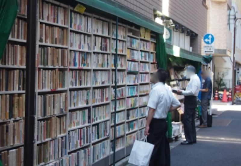 古書店街の神保町はさまざまなスタイルで本が売られている