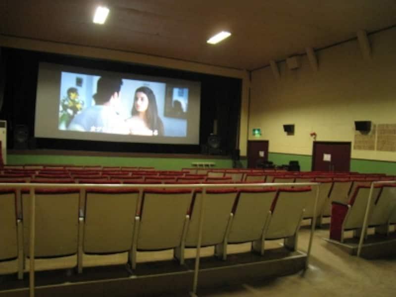 スクリーンと座席はこんな感じ。なんだか懐かしい。