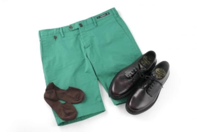 ショートパンツ×革靴のメンズコーデ