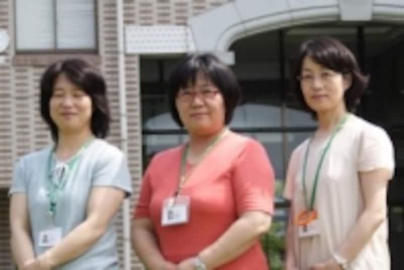 左から古川智子専任教員、南里玲子教務部長、片渕信子専任教員