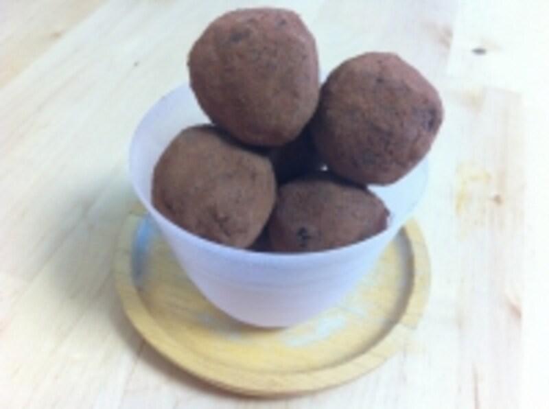 カカオパウダーとナッツで作る、パレオチョコレートボール
