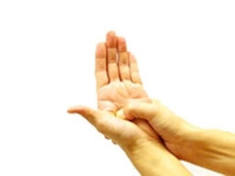 親指と人差し指の付け根を、呼吸に合わせて3回押す
