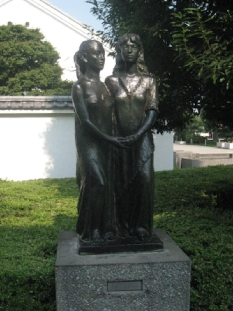 川越市立美術館入口付近にある彫像『友好』(橋本次郎作)。