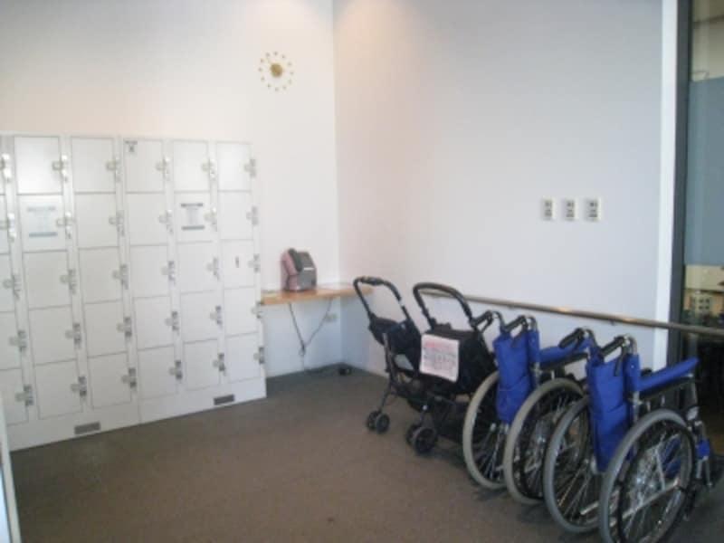 美術館内にコインロッカー、車椅子あり。
