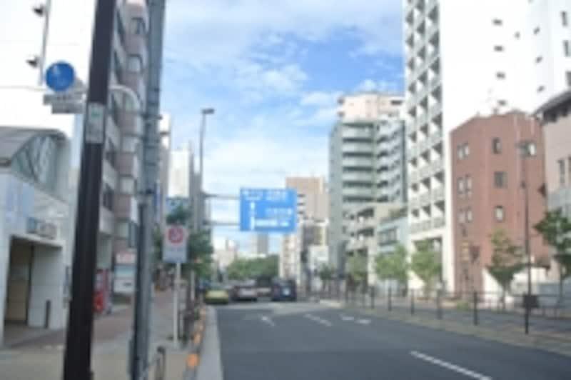 「白金台」駅前の目黒通り