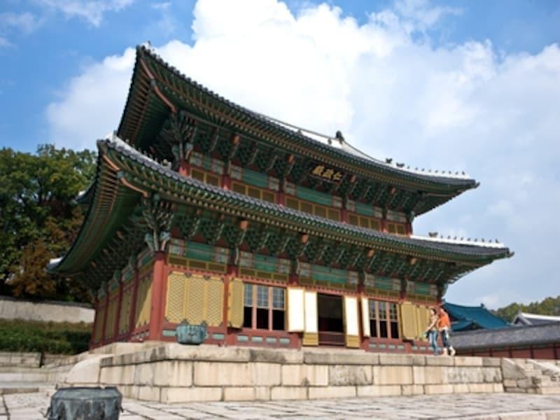 韓国ならではの建築や装飾、そしてその建物にまつわるストーリーなどを知るとなかなか面白いものです。日本語ガイドが案内してくれる場所もあります(C)KoreaTourismOrganization