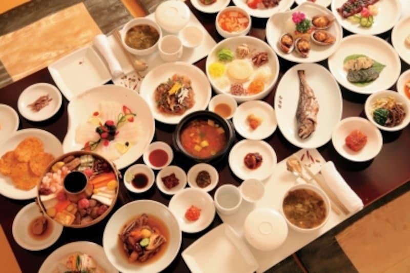 ずらりとおかずが並ぶ宮廷料理など、韓定食は一度は食べて見たい(C)KoreaTourismOrganization