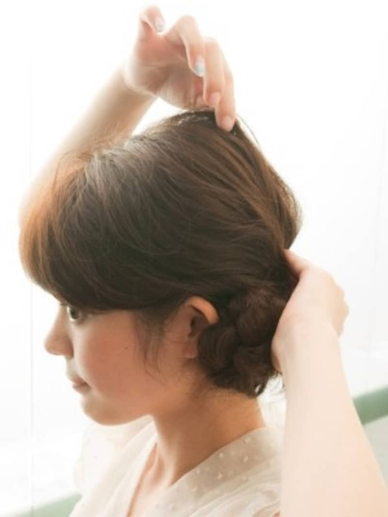 トップの髪をつまんで引き出す