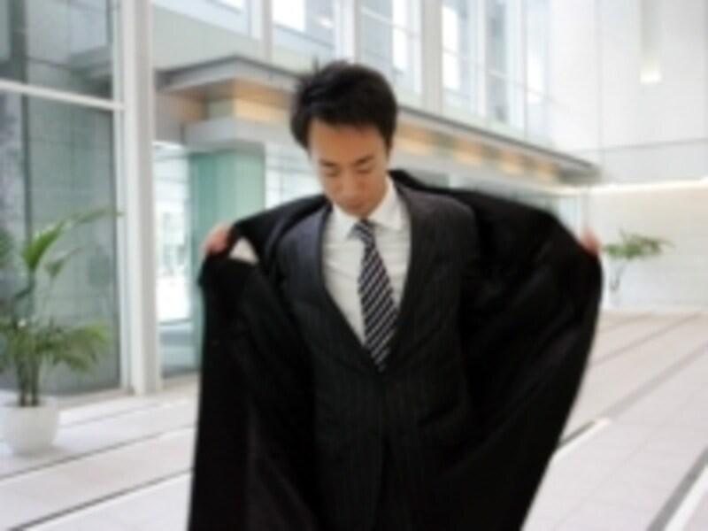 クリーニングをかけ忘れたウールの衣類は、カビが生えやすいもの。そのカビを起点に虫食いされることもあり、気が抜けません。クローゼットの換気はカビ胞子を風で流す意味でも大事です