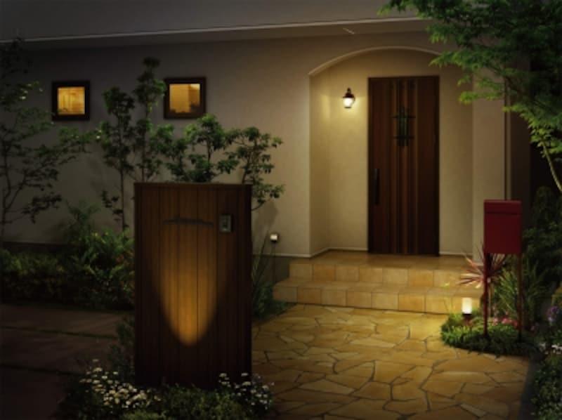 エクステリアプランは、夜間の使い勝手にも十分に配慮を。特に照明は住まいの印象にも影響する。[ガーデンライト施工例undefined門まわり・ルシアスウォールでの使用]undefinedYKKAPhttp://www.ykkap.co.jp/