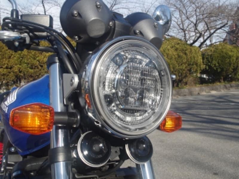 CB1300SFと共通のLEDヘッドライト。