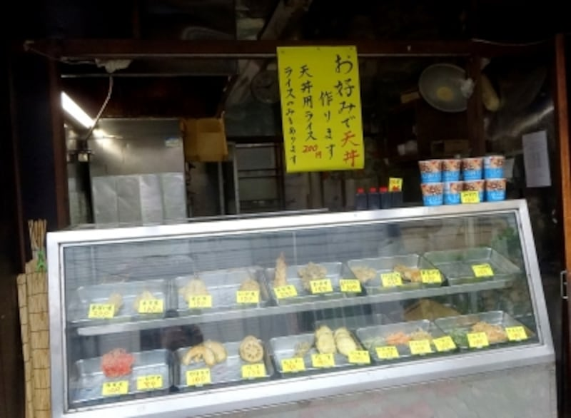 ショウウィンドウの中にはさまざまな天ぷらがある