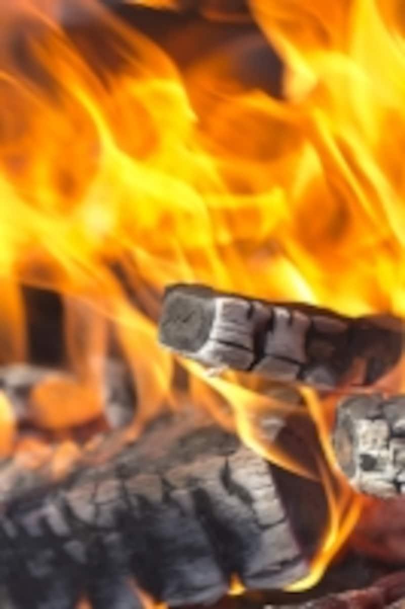 炭が燃えて白く
