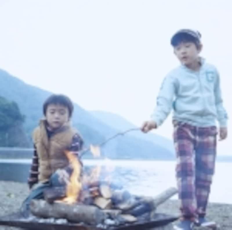 焚き火をする子どもたち