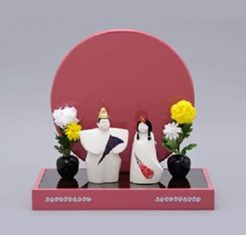 後の雛……重陽の新作雛人形「化粧雛」は、お客様からお預かりした布を貼ってオンリーワンの人形に仕上げられます(日本人形協会)