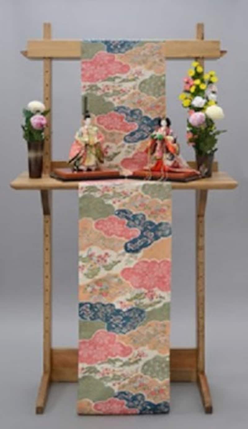 豪華な立ち雛に掛け布と菊の造花をあしらえた「雛明かり」(日本人形協会)