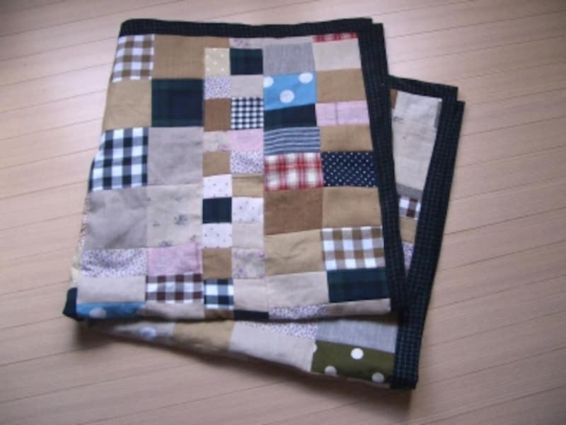 いろいろな柄布を生かした楽しいパッチワークのブランケット