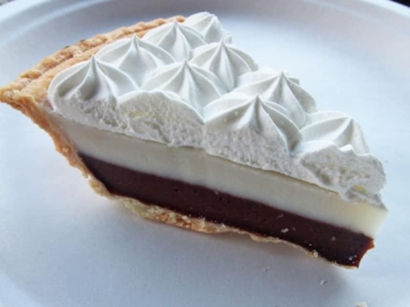 プリン状のチョコレートクリーム、ハウピア、ホイップクリームがのったテッズ・ベーカリーのチョコレート・ハウピア・クリームパイ