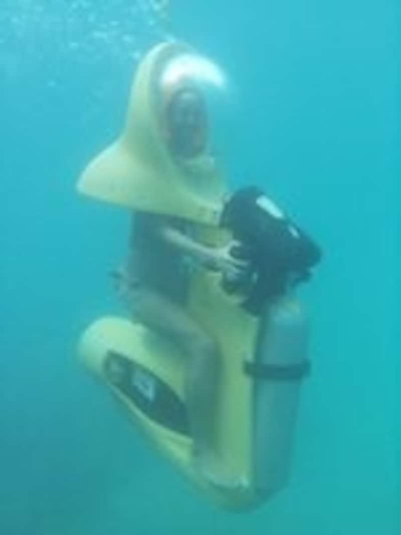 バイクにまたがり水中を移動