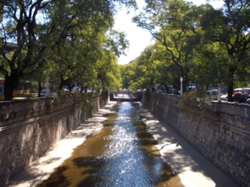 コルドバでは、町並みだけでなく町の中を流れる川にも癒される。