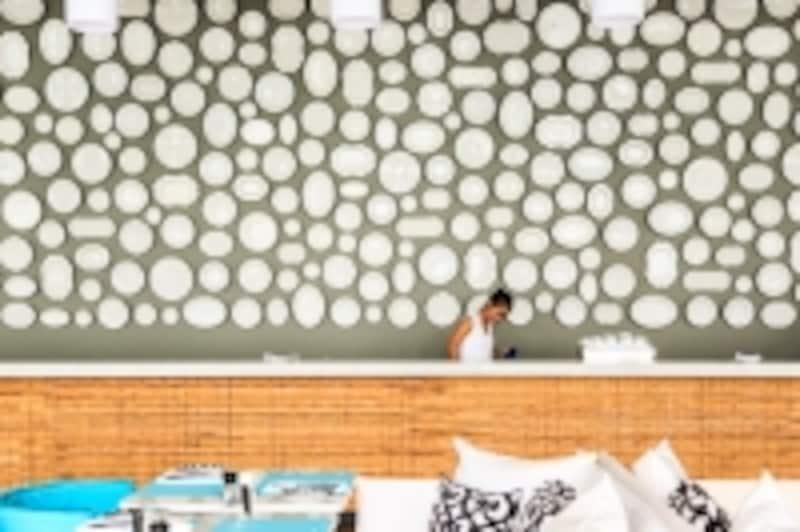 メインダイニングレストランの一角。壁に無数の白い皿が貼り付けられています