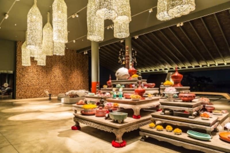 横に長いワイドなロビーにはタイの寺院からインスパイアされたオブジェが。天井にはプーケットの特産物でもあるロブスターの捕獲網を模した照明