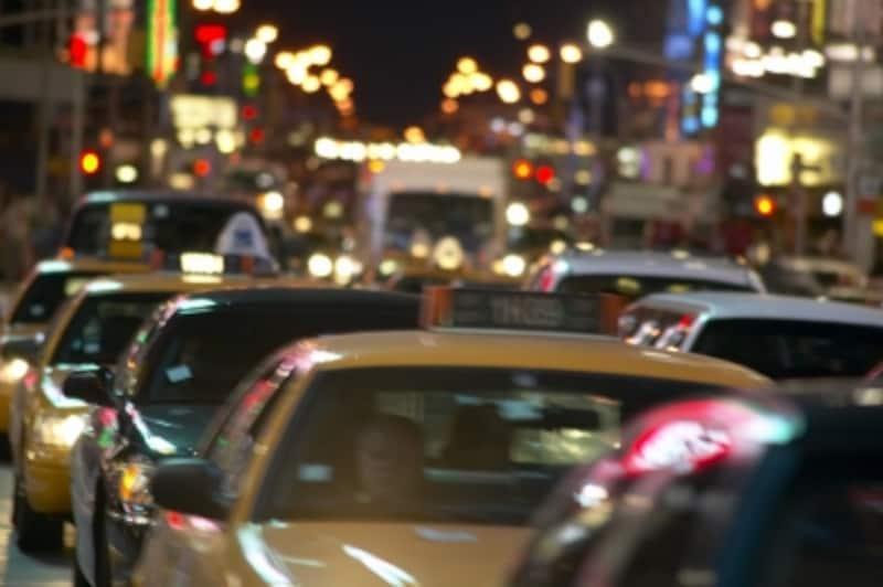 タクシーに先に乗るのは彼女?あなた?