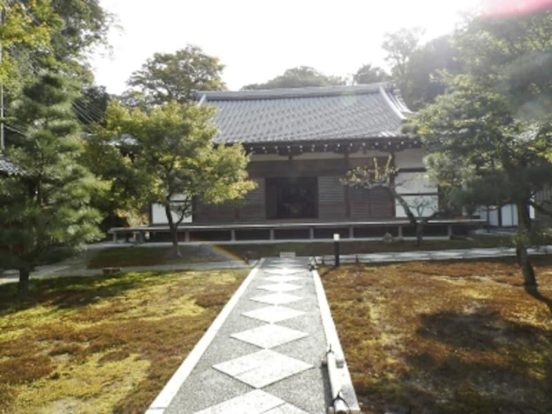 コケのお庭を通り長寿寺の本堂へ