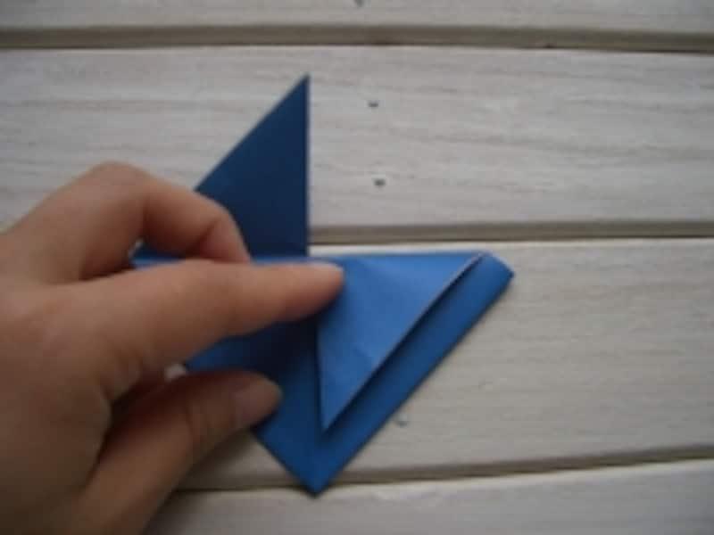 下向きに折り線をつける