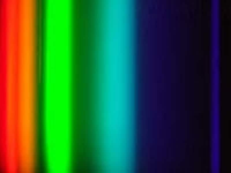 写真5.電球色の三波長蛍光灯の分光スペクトル