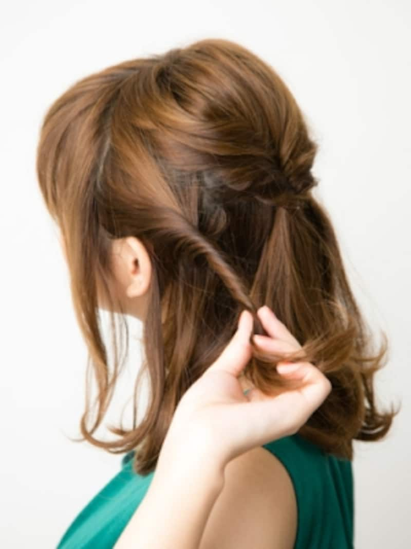 左右の耳下の髪をねじって結ぶ