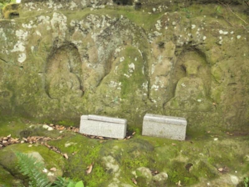 三体の仏像が彫られた「十王岩」