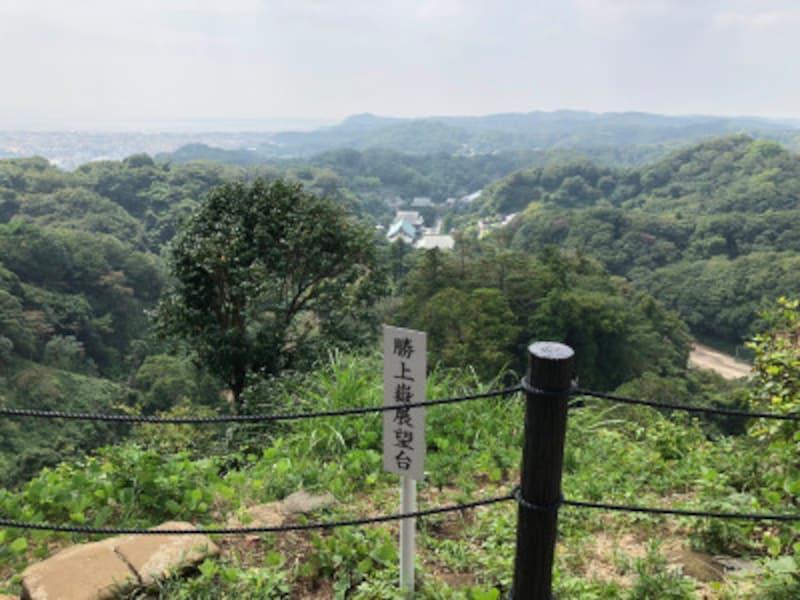 「勝上けん展望台」より。建長寺の境内や鎌倉の市街地を一望する素晴らしい景色が楽しめる