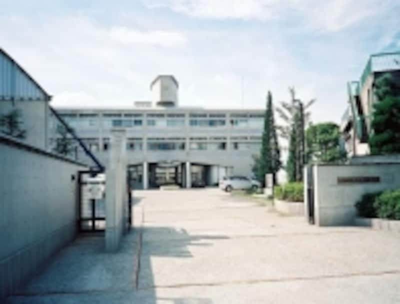 大阪第1学区の人気進学校である茨木高校。卒業生には、ノーベル文学賞を受賞した川端康成もいる