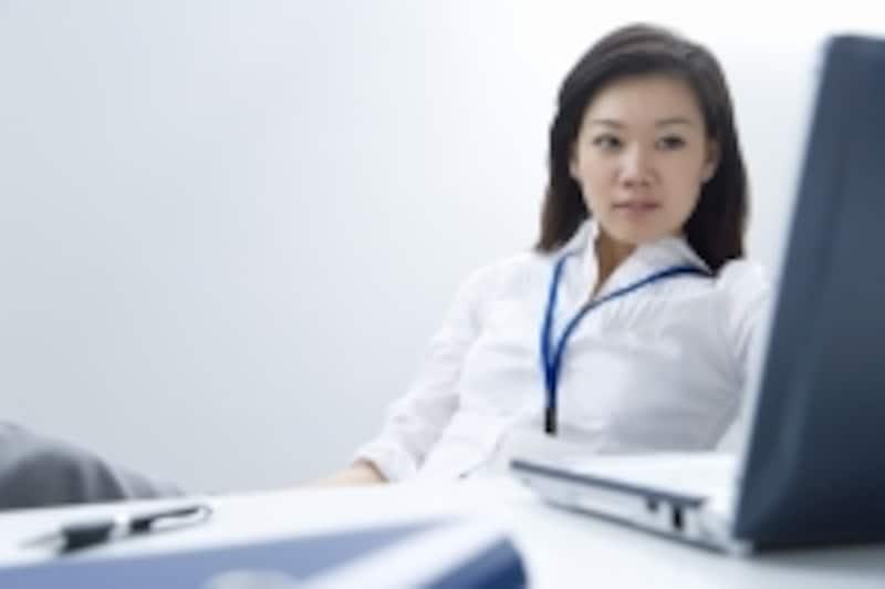 パソコンで分析する女性