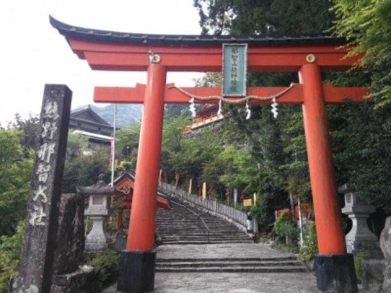 熊野那智大社(1)/朱塗りの鳥居とカーブする石段
