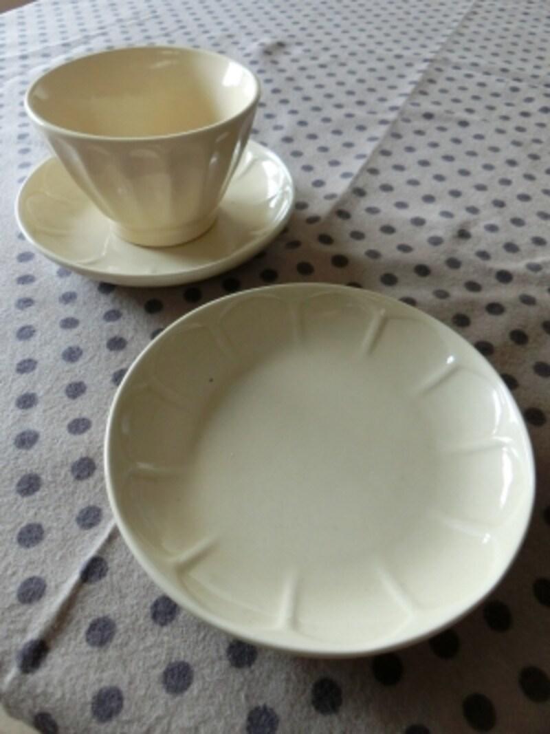 ナチュラルで少しこぶりなお皿。セリアの商品
