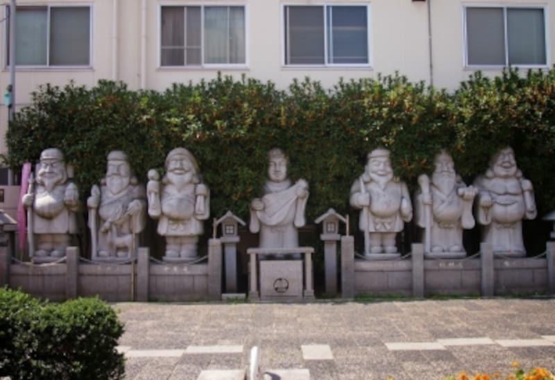 七体の石像が並んでいる