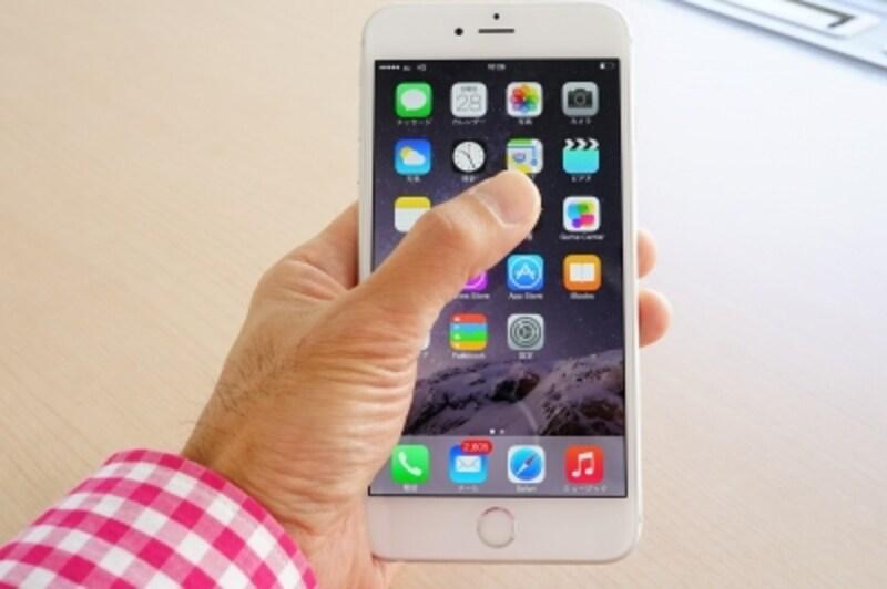 iPhone6Plusを持った様子