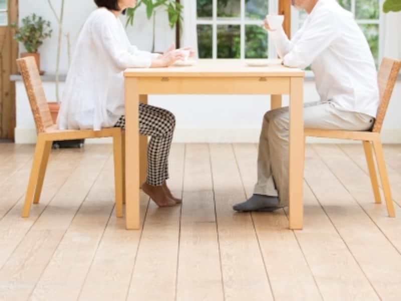 椅子に座って話す夫婦