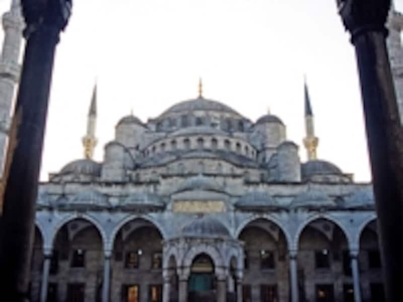 1616年、スルタンアフメット1世によって建築されたブルー・モスク。現在もモスクと機能する生きている世界遺産