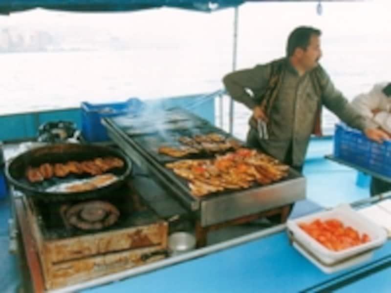 船上でサバを揚げるサバ・サンド屋。ムール貝のピラフを売る屋台なども多く、食べ歩きがとても楽しい©牧哲雄
