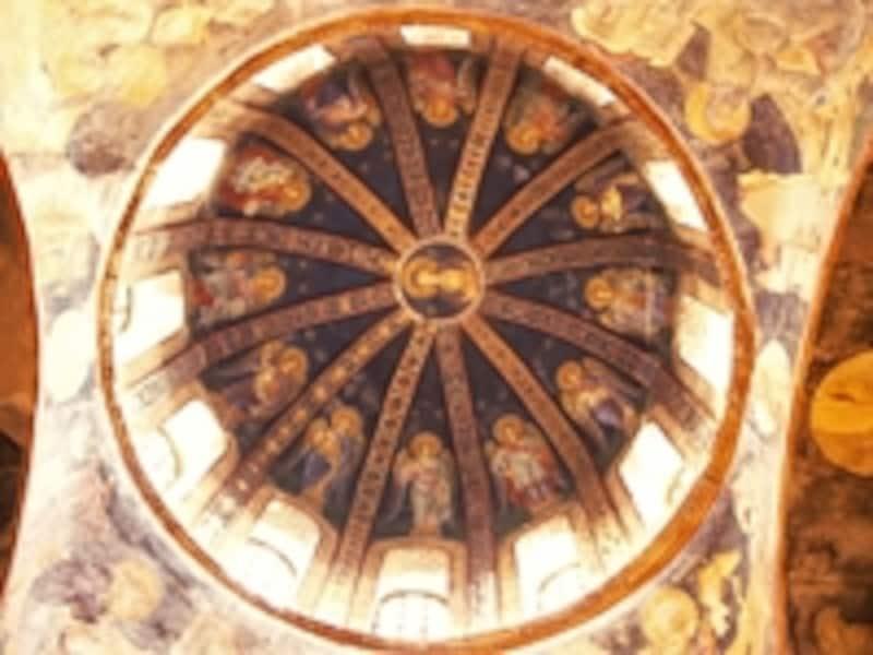 カーリエ博物館の聖母子と天使のドーム。中央にイエスとマリア、周囲には聖人たちがモザイクで描かれている©牧哲雄