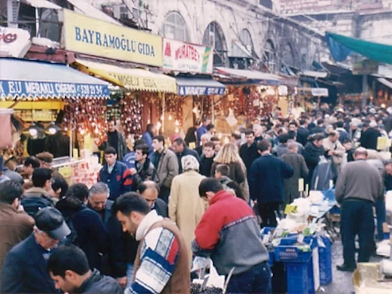 スパイス・バザールの異名を持つエジプシャン・バザール。各地から買い出しにきた商人たちであふれている。ここはチーズなどの食材も多く、食べ歩きがとても楽しい!©牧哲雄