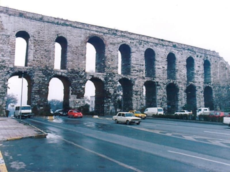 ローマ時代の遺構、ヴァレンス水道橋。これほど巨大で精巧なものが4世紀に造られたなんて驚き。日本で4世紀といえば、ようやく弥生時代が終って古墳時代に入った頃©牧哲雄